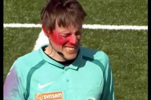 VIDEO: Árbitro es atacado en pleno partido por fanático con spray