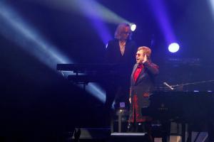 Elton John cancela sus conciertos tras sufrir infección 'potencialmente mortal' en Chile