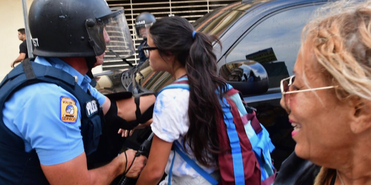 Sobre una docena de agentes heridos en manifestación en Río Piedras