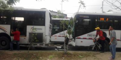 Choque entre tres buses de la empresa Transmetro dejó 79 heridos — FOTOS