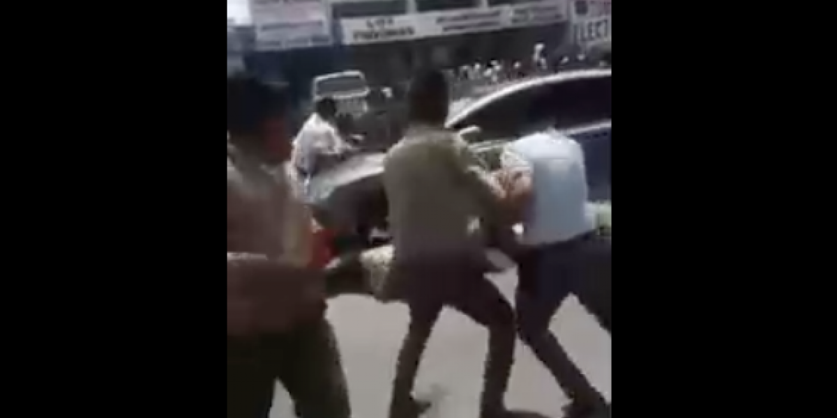 VIDEO: Auto arrolla a estudiantes de secundaria y se da a la fuga