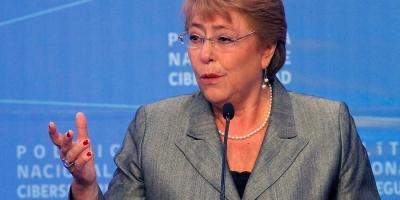 Bachelet advierte de riesgos en la red como la