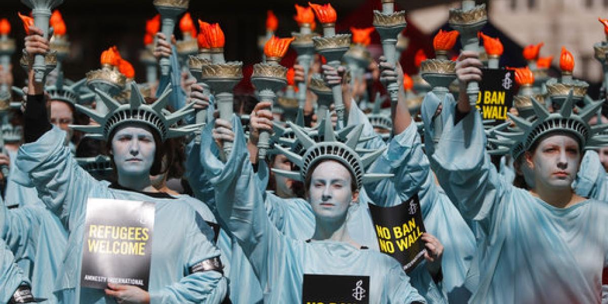 FOTOS: Protestan contra Trump en Londres vestidos de Estatuas de la Libertad