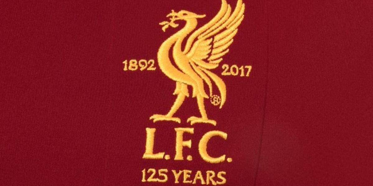 El Liverpool presenta escudo y jersey conmemorativo  por sus 125 años