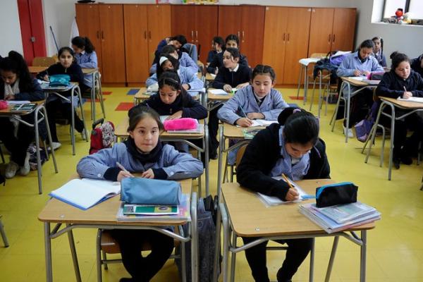 Más de la mitad de los estudiantes tiene dificultad con el desarrollo de textos — Simce de escritura