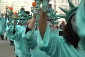 Vestidos como la estatua de la libertad ingleses protestan contra gobierno Trump