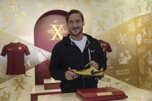 Totti recibe 'tachones' de lujo por sus 25 años de carrera