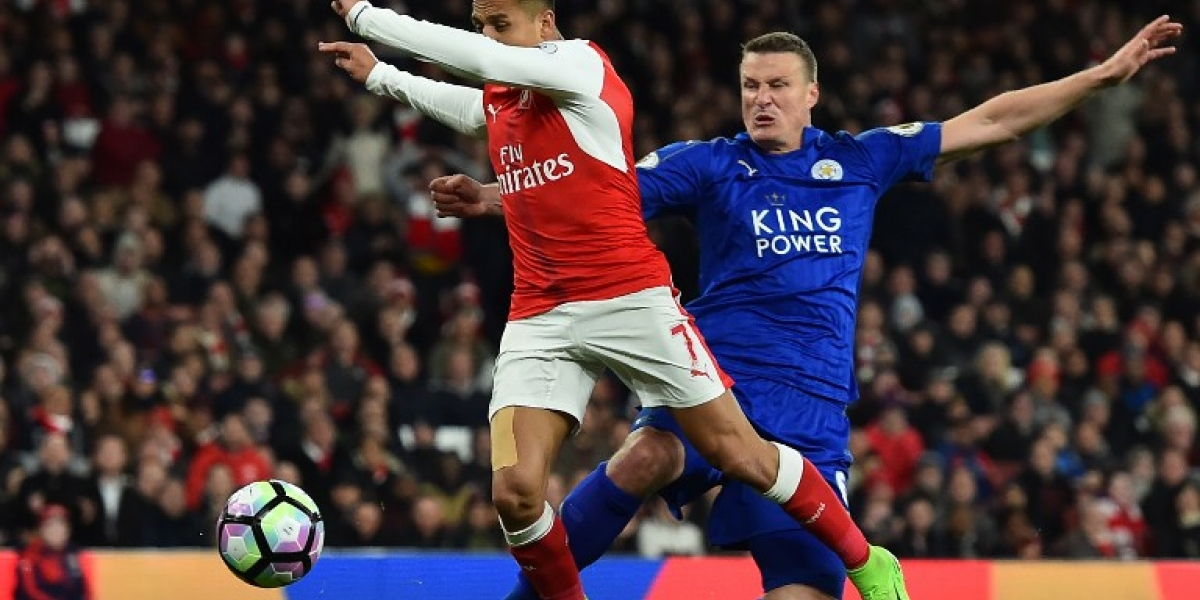 Defensa del Leicester se burla implícitamente de Alexis Sánchez en redes sociales