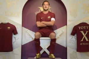 VIDEO: Totti recibe zapatos exclusivos por sus 25 años de carrera