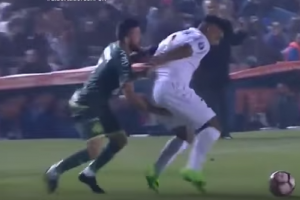 "VIDEO: Expulsan a jugador de Chapecoense por ""manosear"" a su rival"