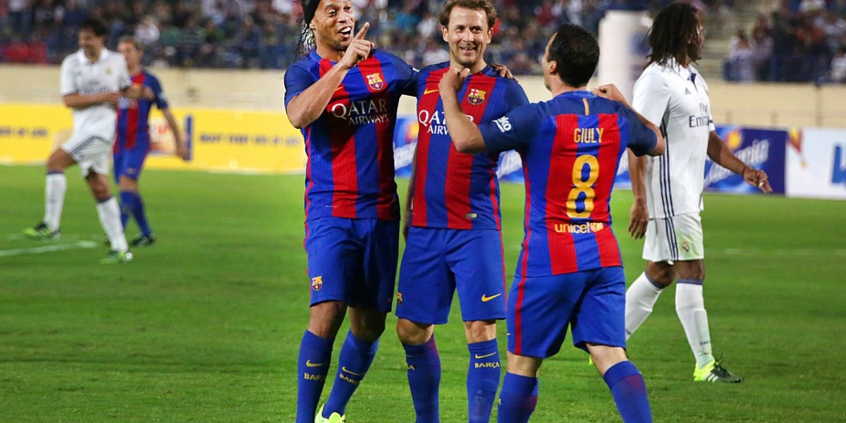 """Ronaldinho volvió en gloria y majestad a vestir la camiseta del Barcelona en el """"Clásico de Leyendas"""""""