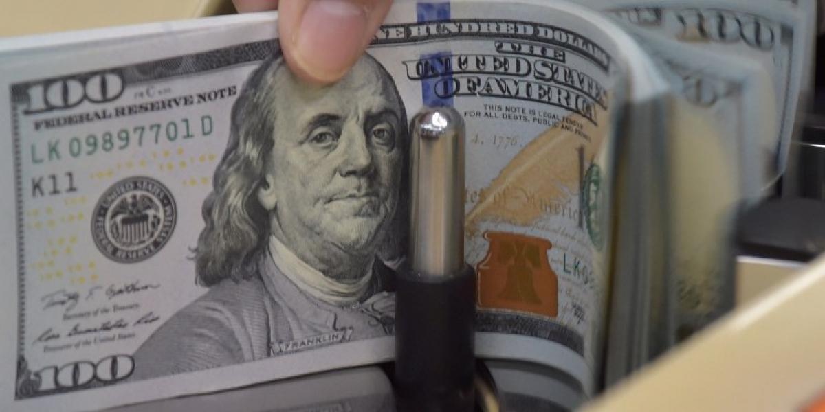 Un imparable dólar termina la semana con alza de $15
