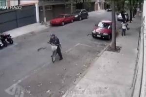 Policías de la CDMX mueven motoneta para poder multarla