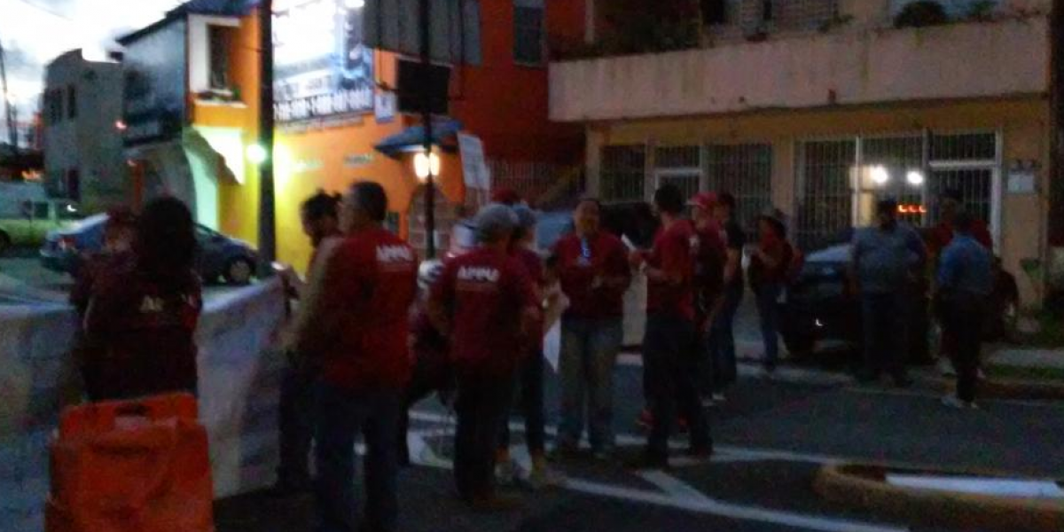 Profesores universitarios protestan frente a la Administración Central de la UPR