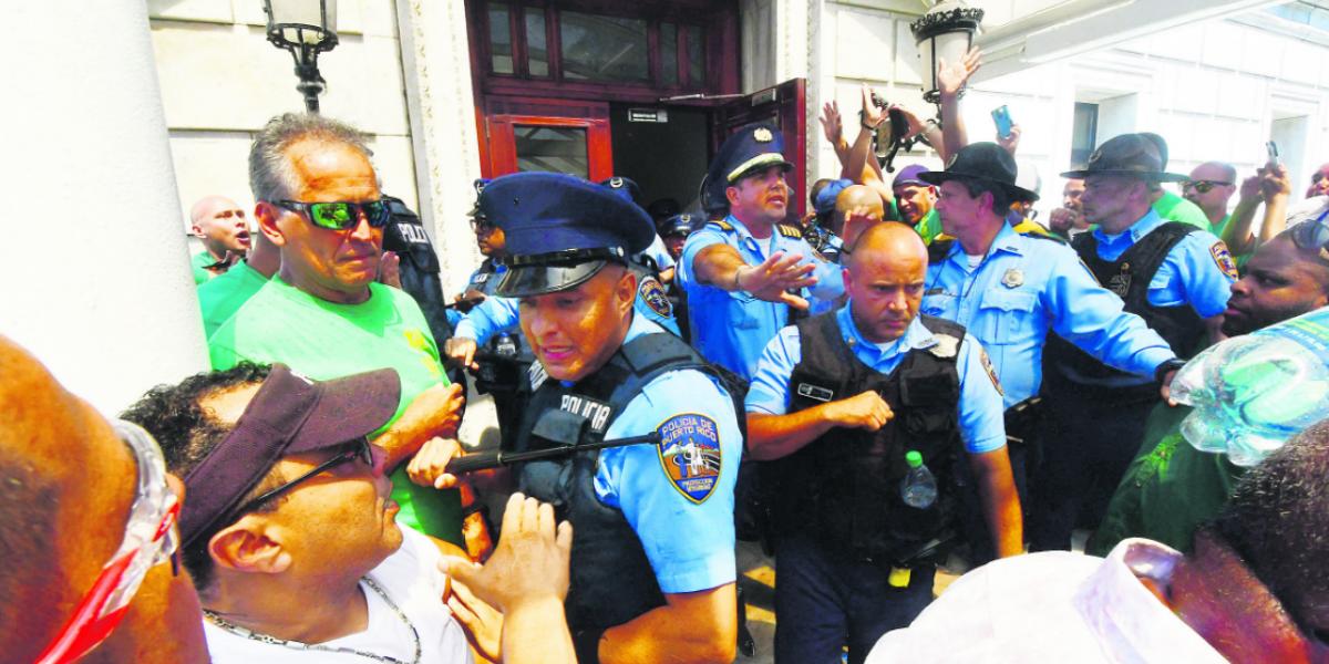 Representante Rivera Guerra agrede a manifestante en el Capitolio