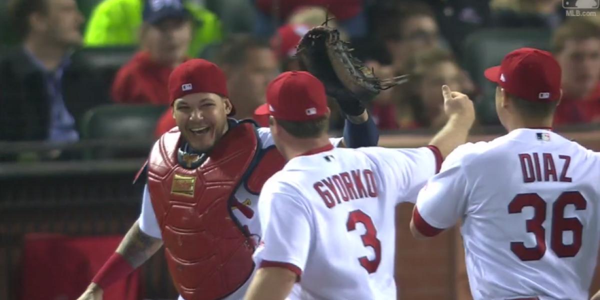 Yadier Molina coge 'dormido' a corredor y salva partido a Cardinals
