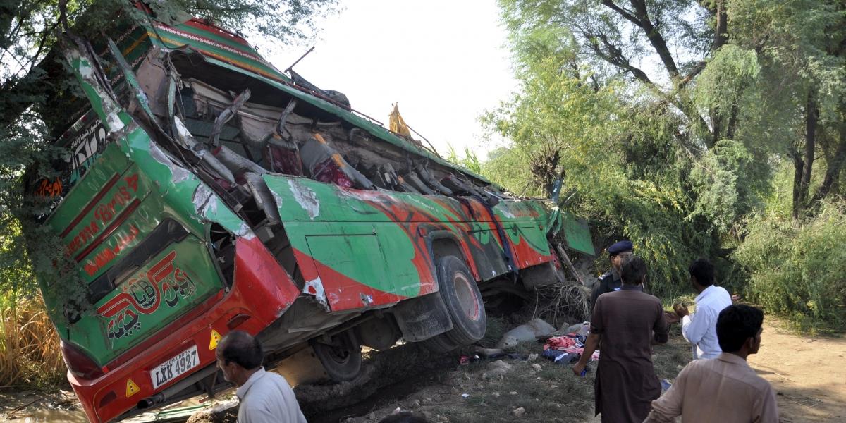 Al menos 14 muertos por caída de autobús a barranco en Pakistán