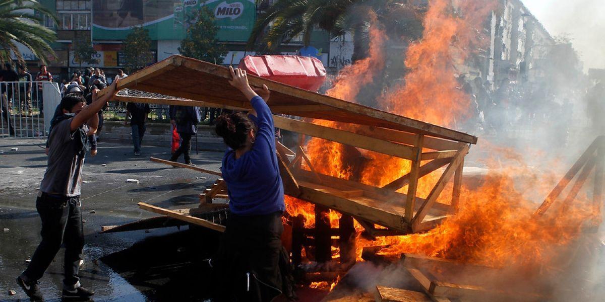 Carabineros lesionados y locales con daños en marcha alternativa por el Día del Trabajador