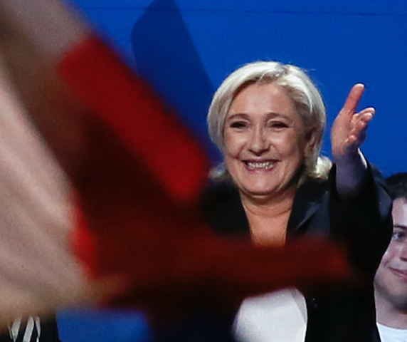 Le Pen se enfila y gana en interés en Internet