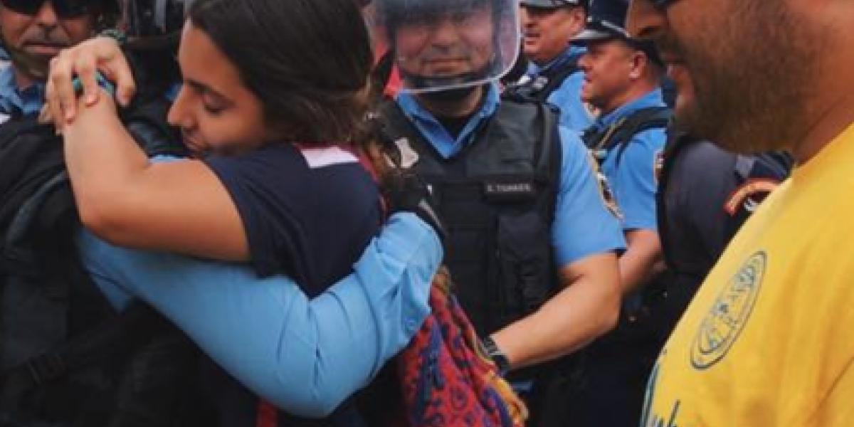 Se hace viral abrazo entre joven manifestante y Policía en paro