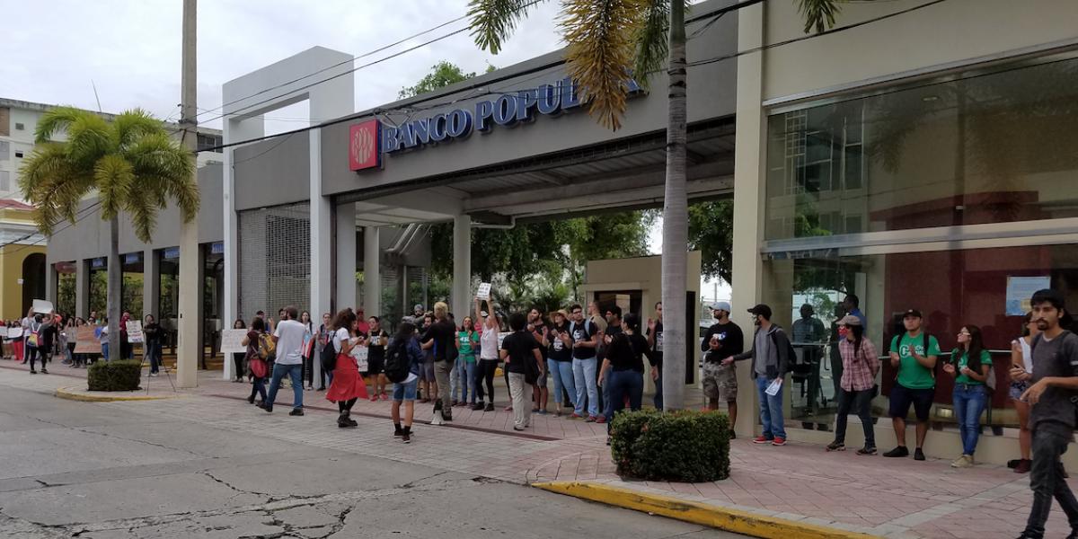 Protestan frente a bancos en Mayagüez