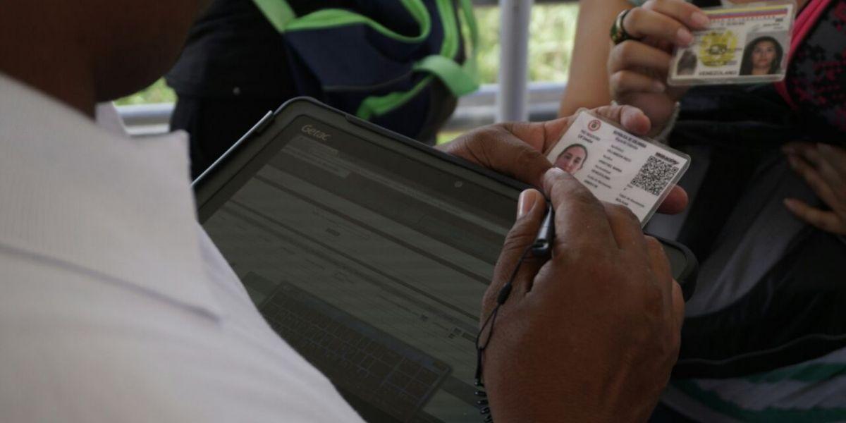 Tildan a Colombia de xenófoba por pedir tarjeta de ingreso a los venezolanos
