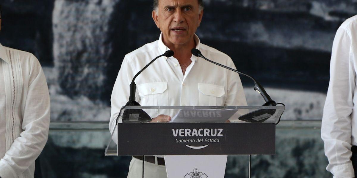 """AMLO revela """"Carpeta Azul"""" con las propiedades millonarias de Miguel Ángel Yunes"""