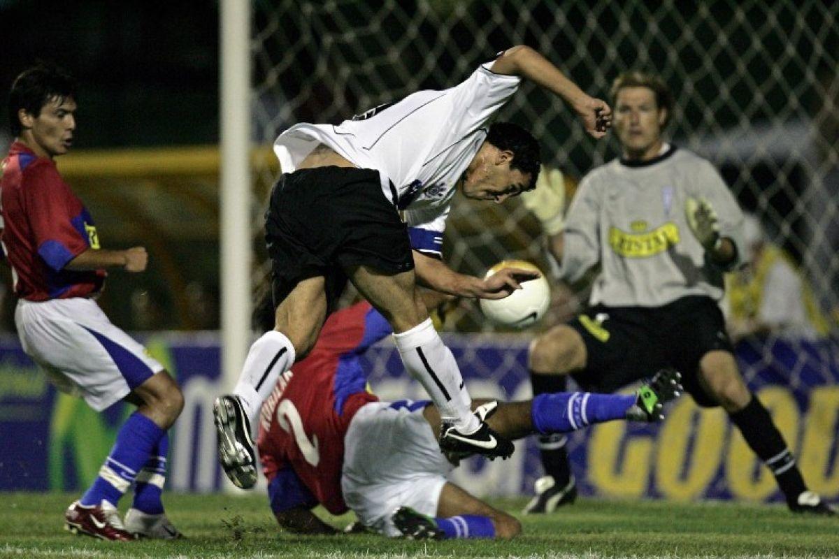 Jaime Rubilar bloquendo un tiro de Carlos Tévez en el 2-2 ante Corinthians del 2006 / AFP Jaime Rubilar bloquendo un tiro de Carlos Tévez en el 2-2 ante Corinthians del 2006 / AFP