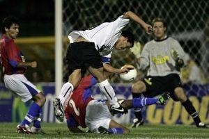 Jaime Rubilar bloquendo un tiro de Carlos Tévez en el 2-2 ante Corinthians del 2006 / AFP