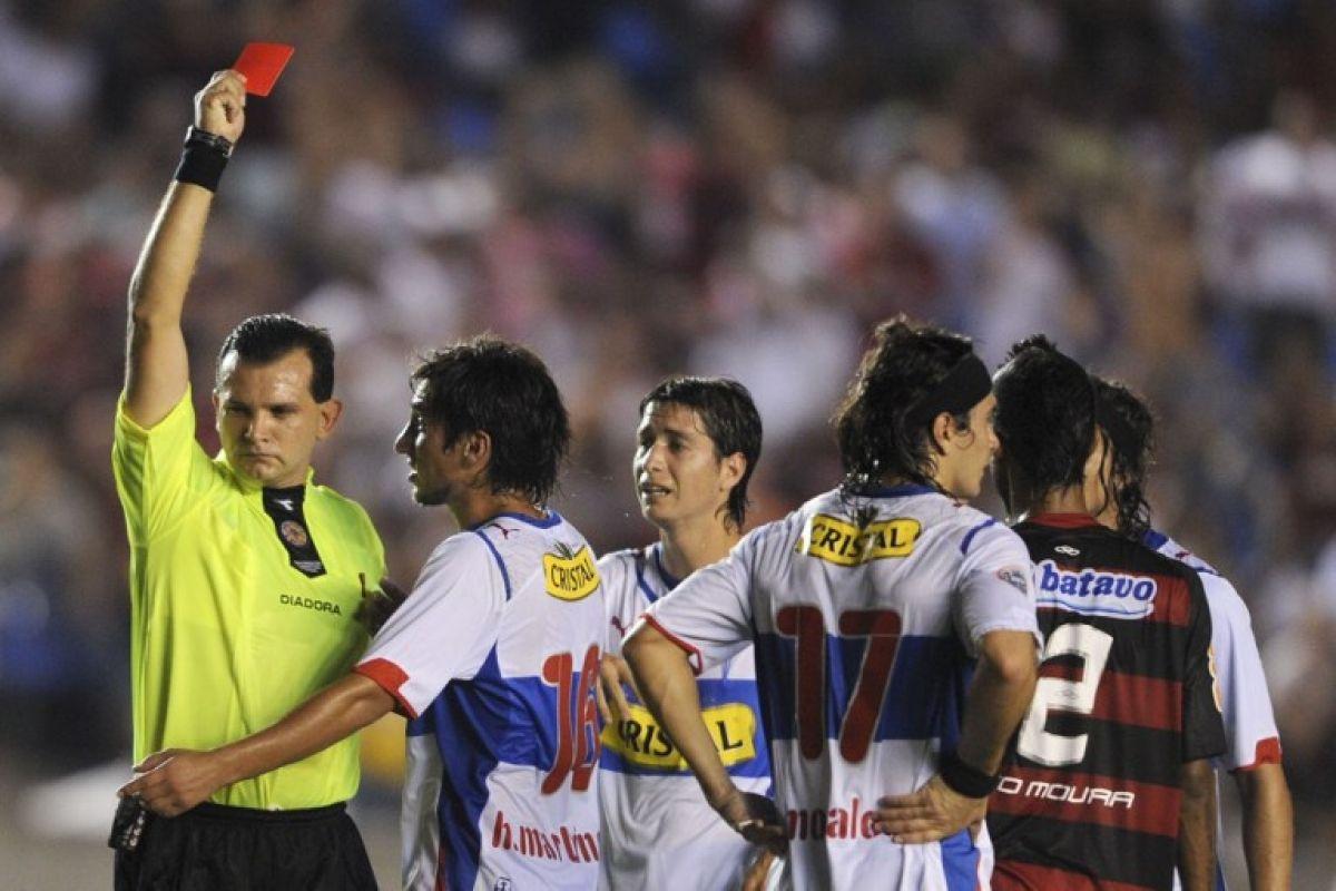 Hans Martínez le reclama la roja que Carlos Amarilla le puso a Milovan Mirosevic en la caída 2-0 ante Flamengo del 2010 / AFP Hans Martínez le reclama la roja que Carlos Amarilla le puso a Milovan Mirosevic en la caída 2-0 ante Flamengo del 2010 / AFP