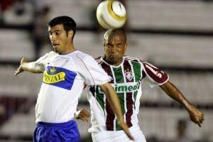 Jorge Quinteros disputando un balón con Gabriel Santos en la caída 2-1 ante Fluminense del 2005 / AFP