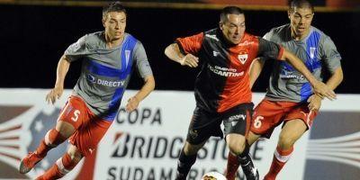 Claudio Sepúlveda y Francisco Silva marcando a Felipe en la derrota 3-1 ante Goianiense del 2012 / AFP