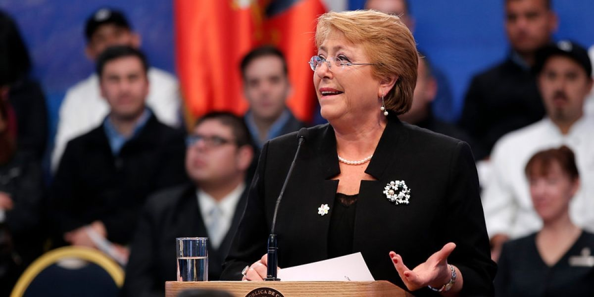 Bachelet se transforma en heroína y enfrenta crisis por guarenes gigantes en nuevo cómic chileno