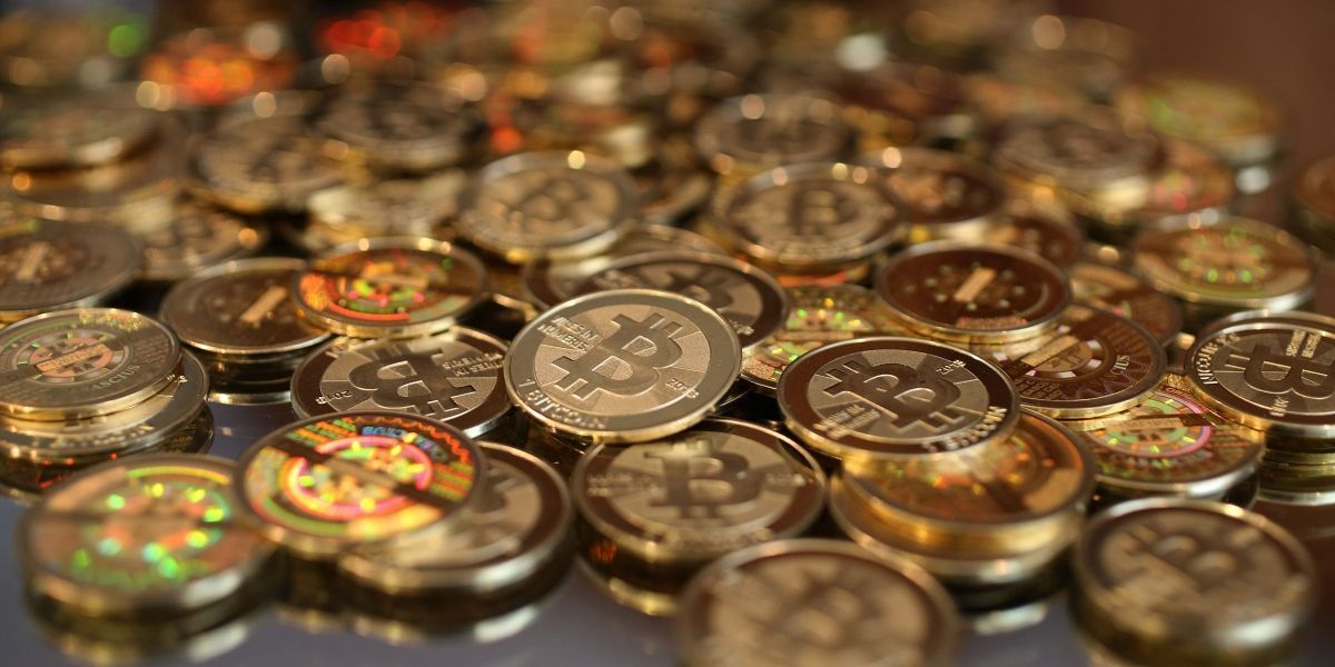 Bitcoin bate novo recorde e é negociado acima de US$ 10 mil