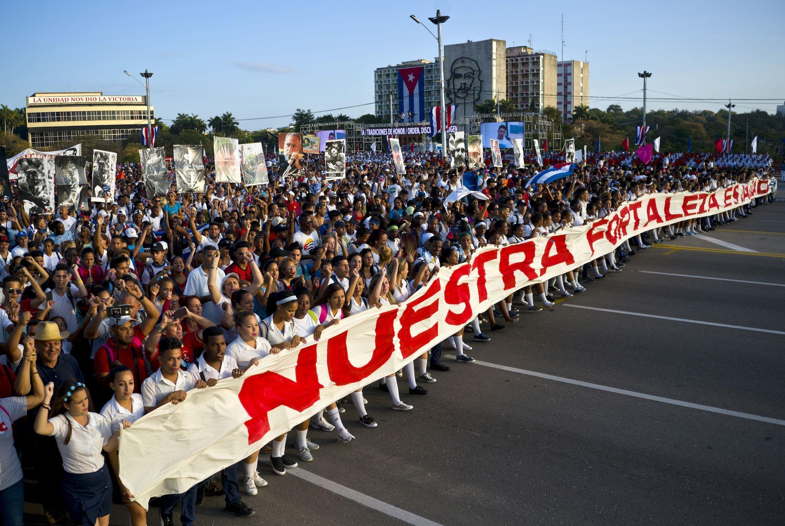 En Cuba, cientos de personas marcharon en la Plaza de la Revolución.