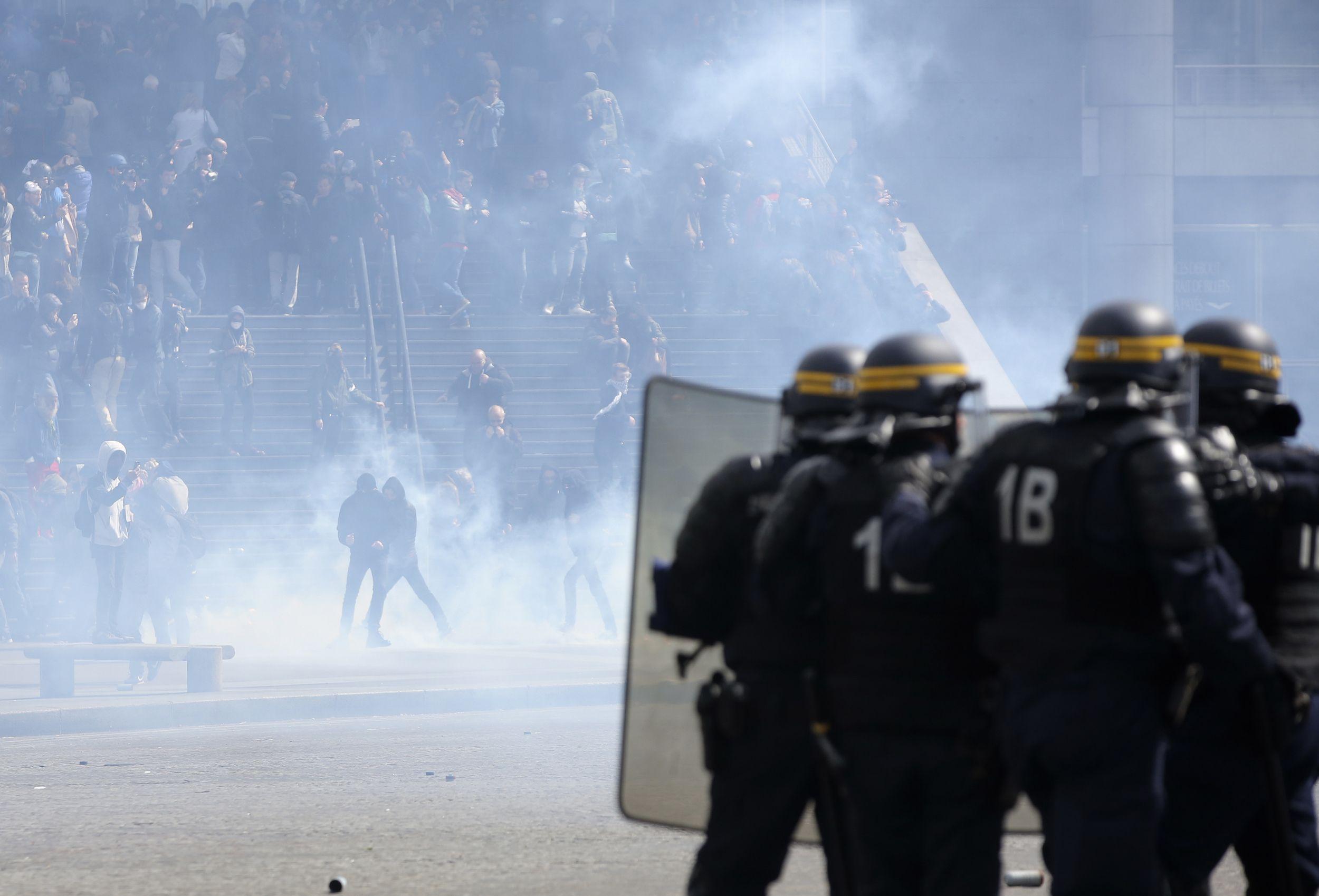 Los agentes de la policía antidisturbios franceses lanzaron gases lacrimógenos a los manifestantes durante la manifestación del 1 de mayo en París.