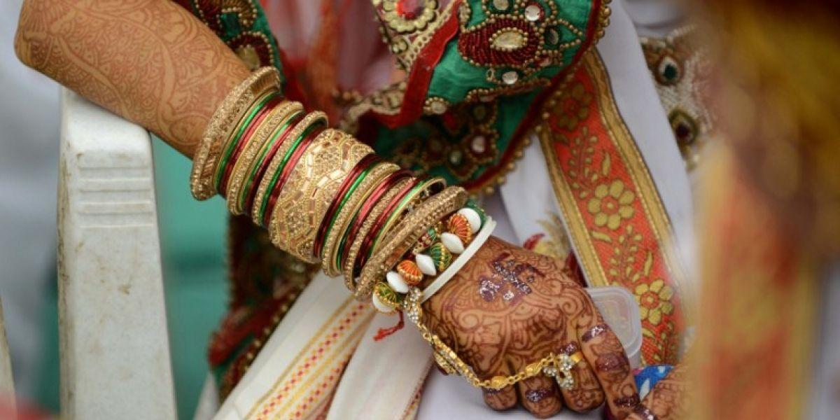 El curioso regalo de matrimonio en la India: entregan palas de madera a las novias para defenderse de sus maridos