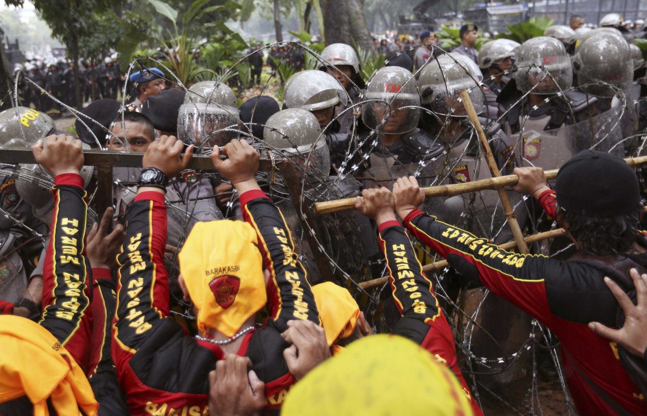 En Indonesia los manifestantes intentaron acercarse al Palacio Presidencial, en ,medio de manifestaciones en el Día de los Trabajadores.
