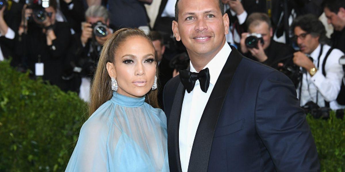 """Jennifer López y su """"macho bello"""" debutan como pareja en la alfombra roja"""