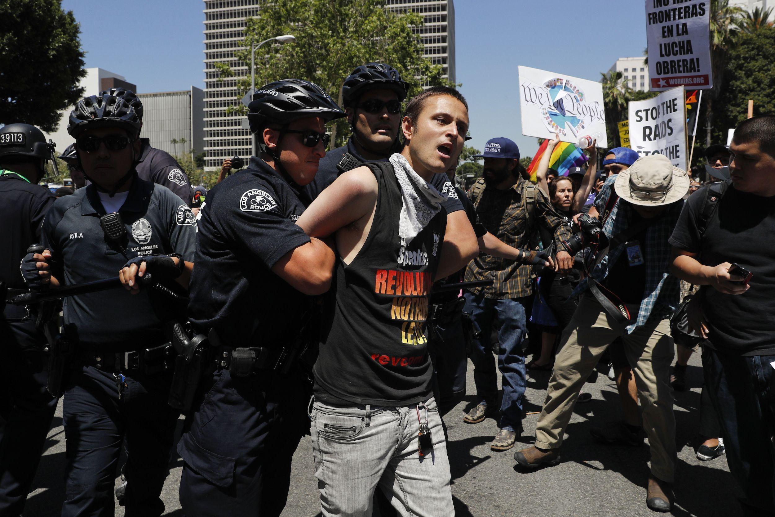Un manifestante es arrestado por agentes de la policía durante una manifestación el 1 de mayo de 2017 en Los Ángeles.
