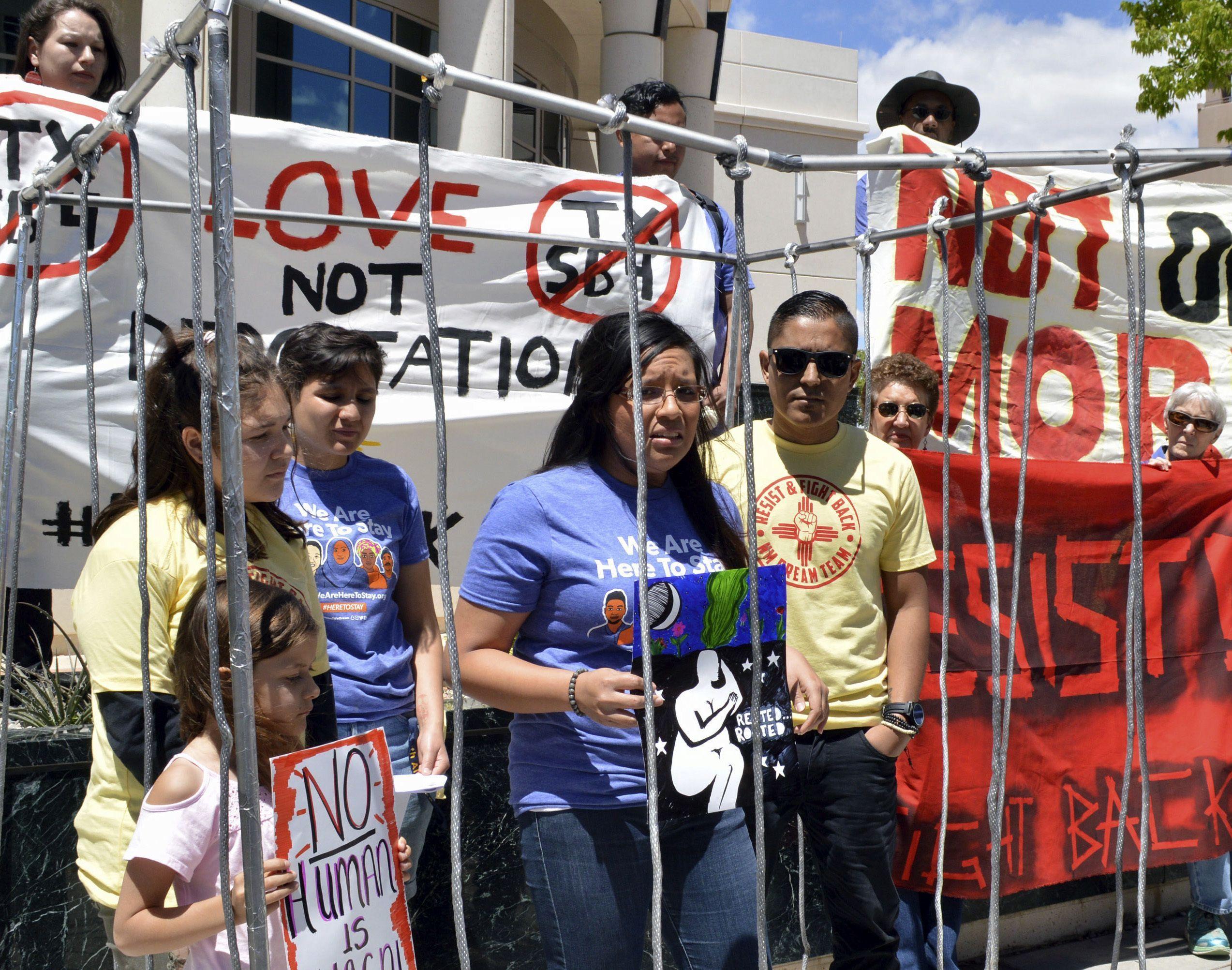 Defensores de los derechos de los inmigrantes se manifestaron en contra de las políticas de inmigración del presidente Donald Trump en Nuevo México.