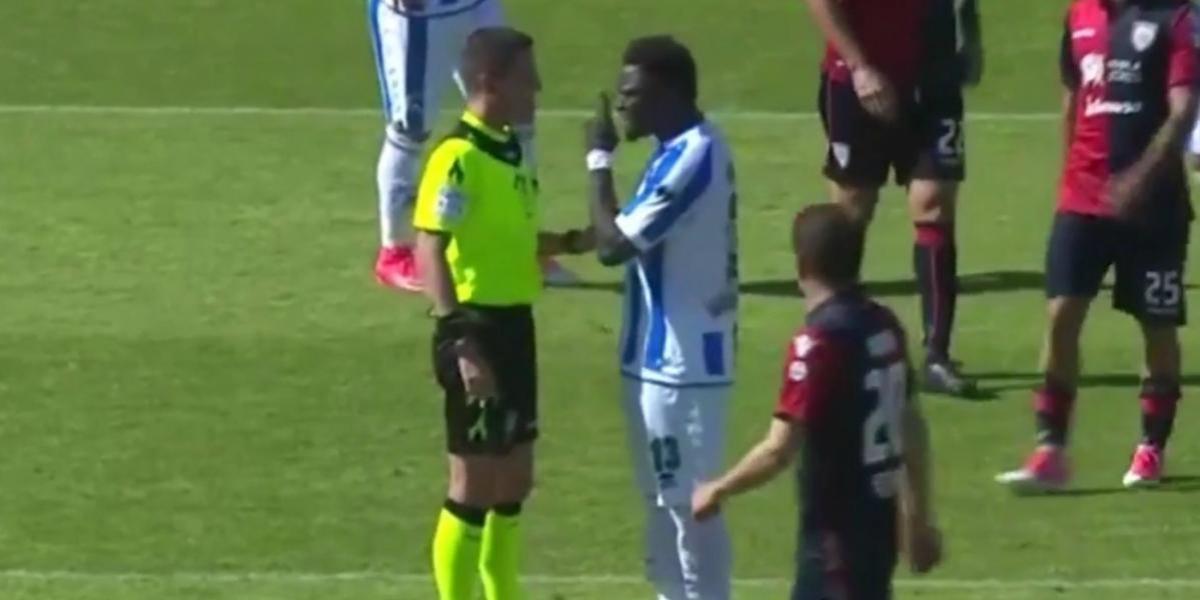 Muntari fue castigado por abandonar la cancha ante insultos racistas