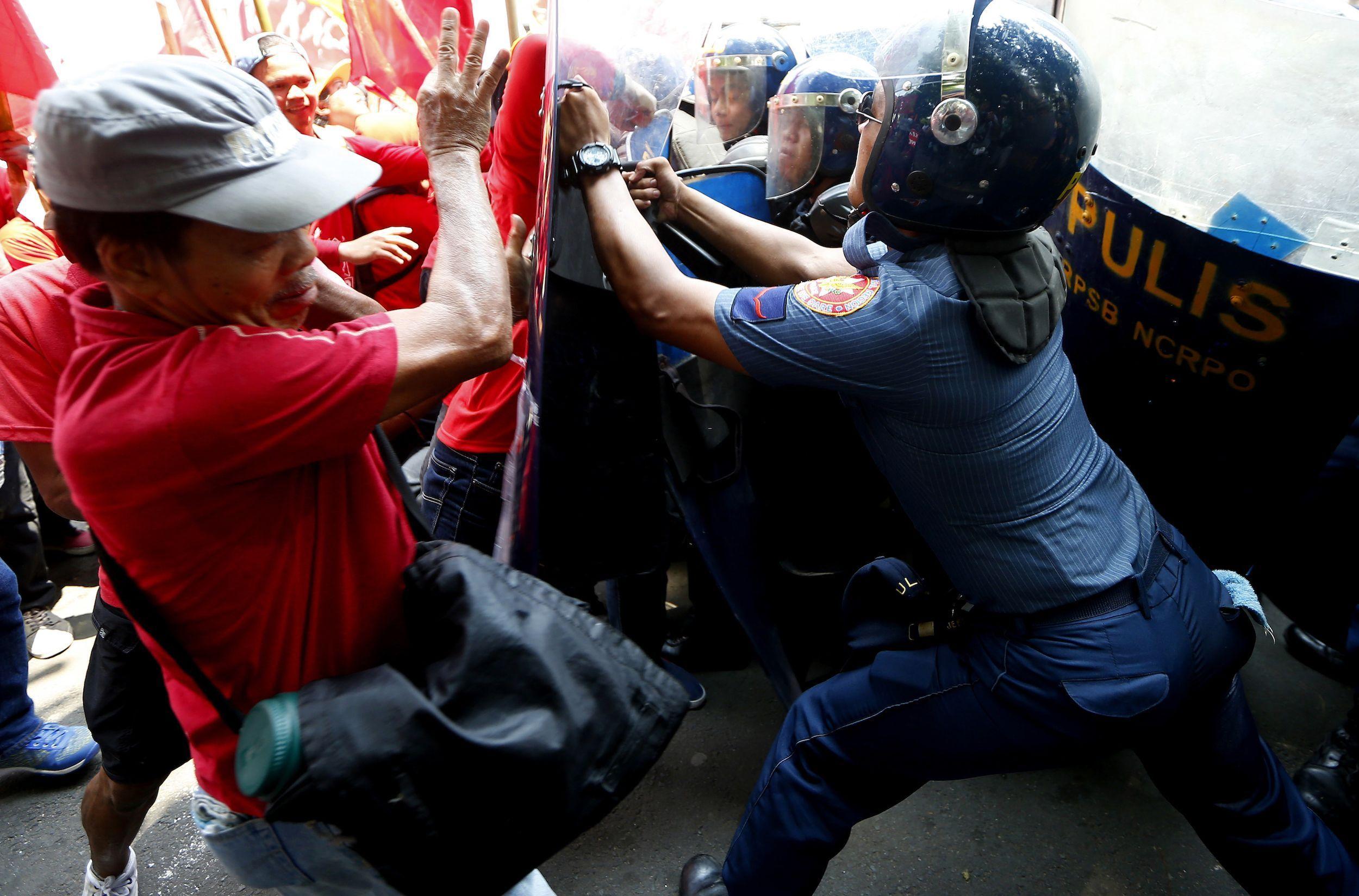 En Filipinas, los manifestantes se enfrentaron a la policía antidisturbios, mientras trataban de acercarse a la embajada de Estados Unidos en el país, durante las protestas del 1 de mayo.