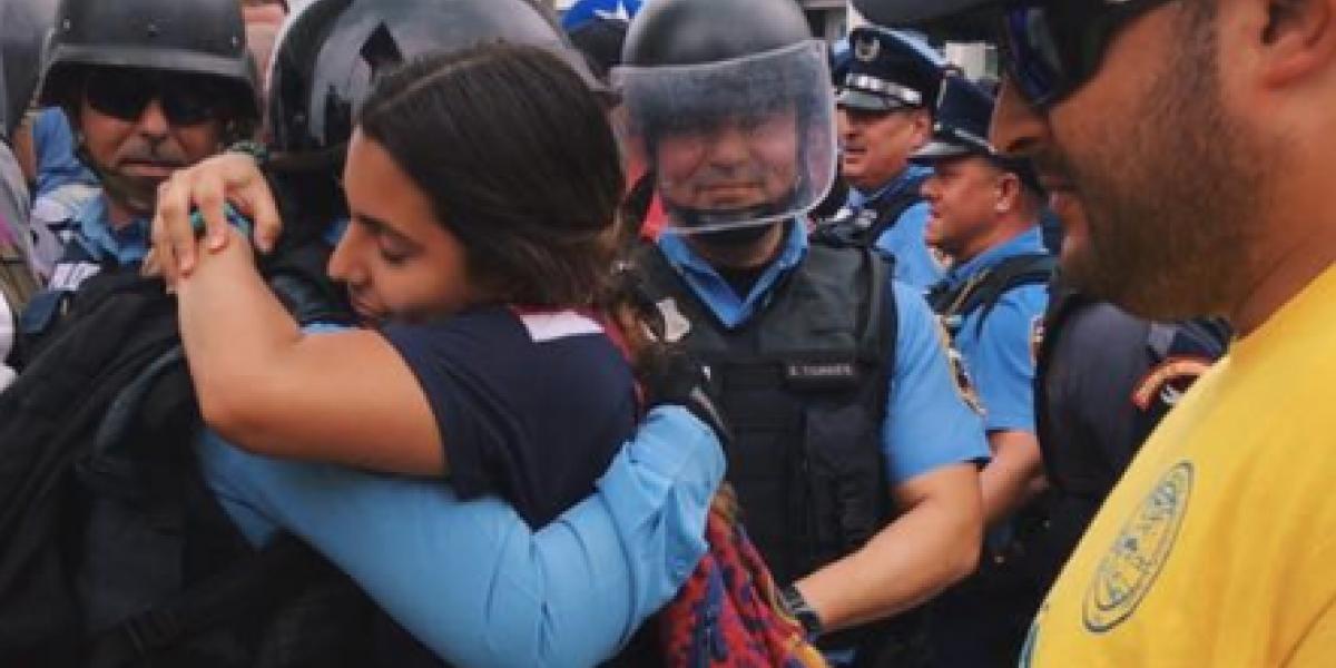 Viral emotiva imagen entre manifestante y un policía