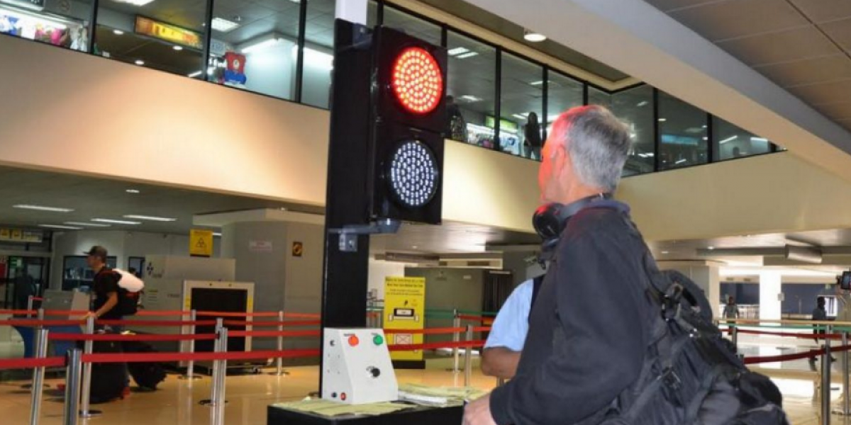 Colocan semáforos para revisión de equipaje en el aeropuerto La Aurora