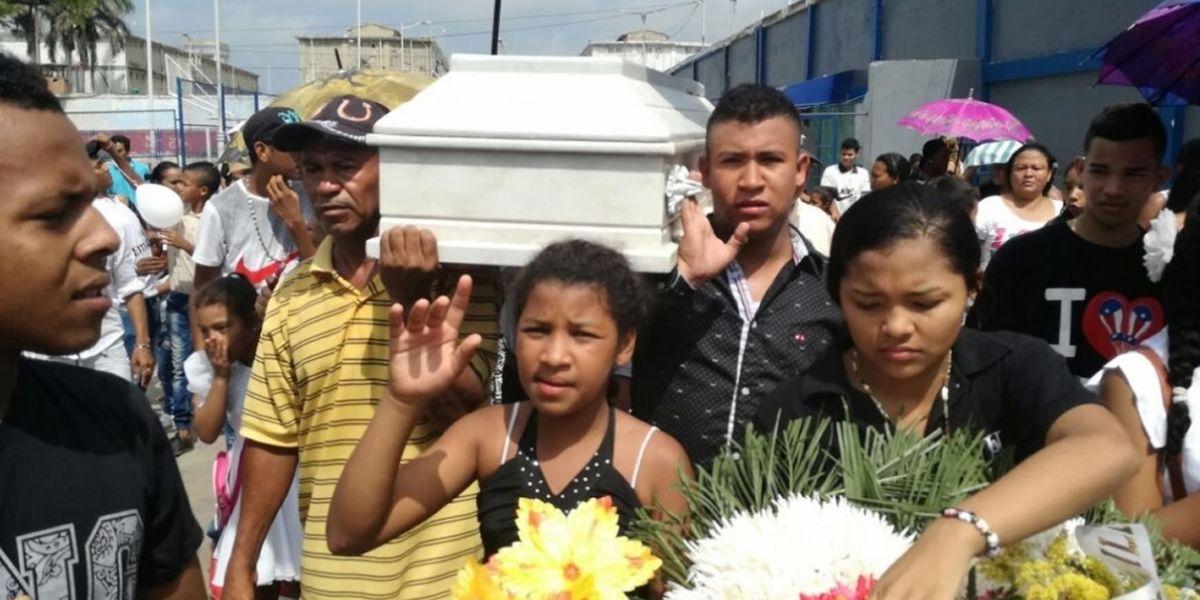 Le niegan permiso a preso para ir al funeral de su hija y el cortejo fúnebre tuvo que trasladarse a la prisión