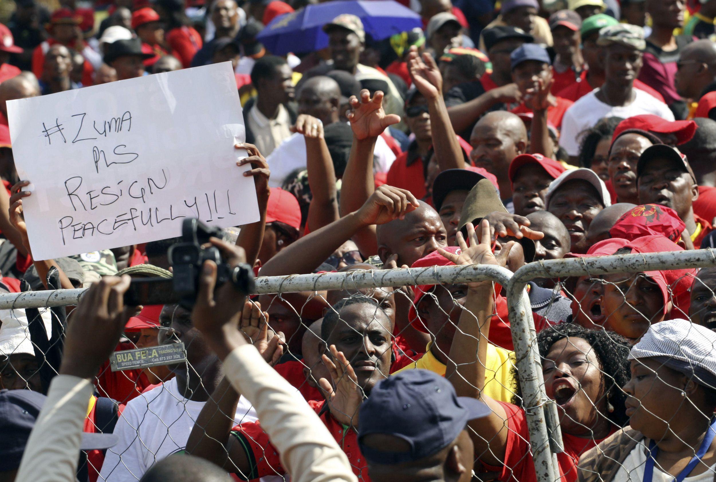 El presidente sudafricano Jacob Zuma fue burlado por los sindicalistas y su discurso fue cancelado después de que estallaron peleas entre sus partidarios y los trabajadores durante manifestaciones ayer.