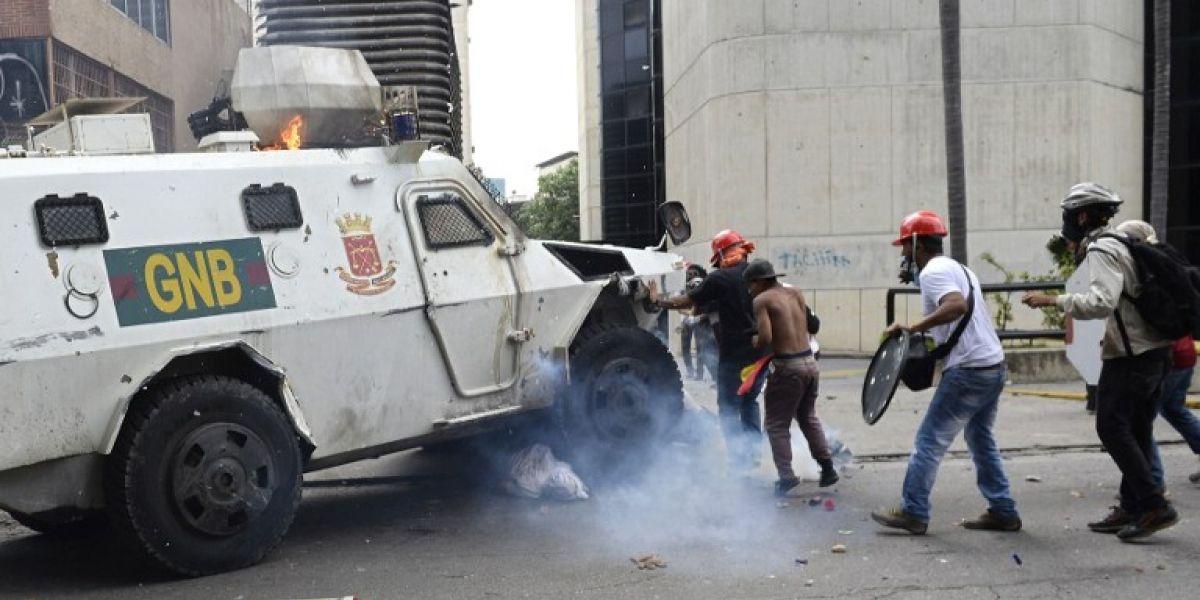 Alta tensión en Venezuela: tanqueta de policía pasa por encima de manifestantes opositores