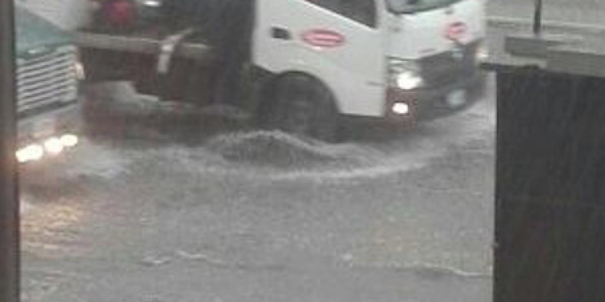 Inundaciones generan complicaciones en el tránsito en la ciudad capital