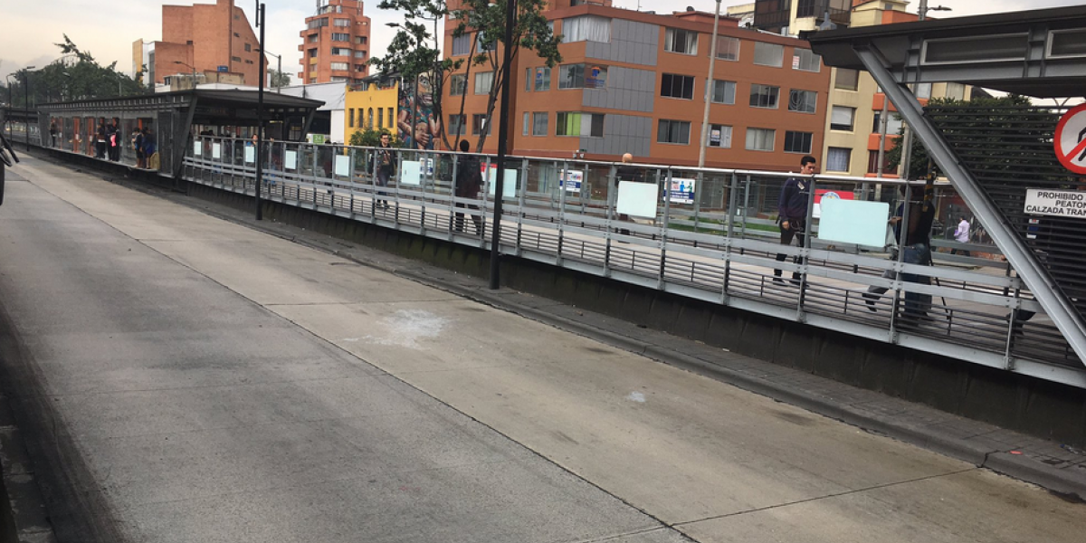 Usuarios bloquean el paso de TransMilenio en la calle 45